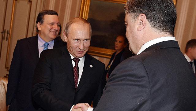 Владимир Путин и Петр Порошенко во время рабочего завтрака в Милане. Архивное фото