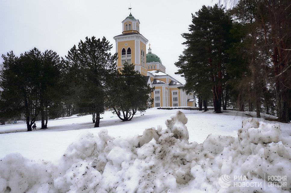 Вид на самую большую в мире деревянную церковь в городе Керимяки