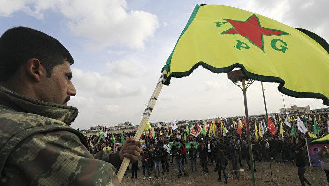 Член сил самообороны сирийских курдов (YPG) во время демонстрации в городе Амуда в Сирии