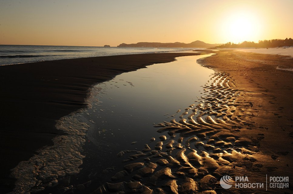 Закат на побережье Курильского заповедника на острове Кунашир