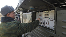 Военнослужащие у пульта управления транспортно-пусковой установки зенитно-ракетного комплекса (ЗРК) С-400 Триумф. Архивное фото