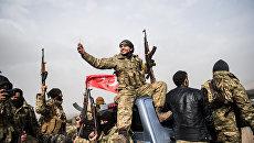 Боецы сирийской оппозиции и турецкие солдаты около сирийской границы в Хассе, провинция Хатай. 22 января 2018