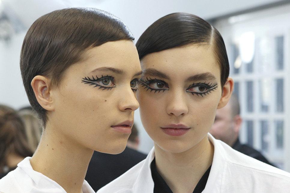 Модели за кулисами перед началом показа Christian Dior в рамках Недели высокой моды в Париже
