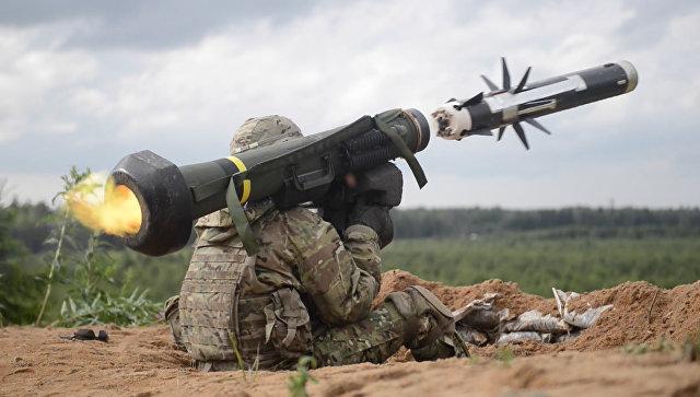 Военный производит выстрел из противотанкового ракетного комплекса (ПТРК) Javelin. Архивное фото