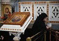 Верующая во время богослужения в день открытия XXVI Международных Рождественских чтений в кафедральном соборном Храме Христа Спасителя в Москве