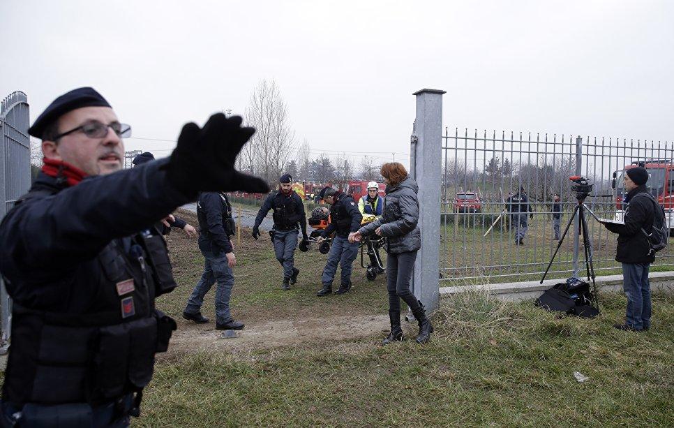 Спасатели и полицейские везут пострадавшего на месте крушения поезда на окраине Милана, Италия. 25 января 2018 года