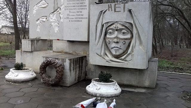 Неизвестные осквернили мемориал памяти погибших втеракте 1996 года вКизляре
