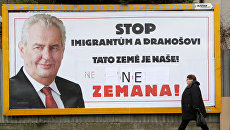 Разрисованный предвыборный плакат Милоша Земана на улице в Праге