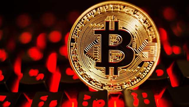 Монета с логотипом криптовалюты биткоин. архивное фото