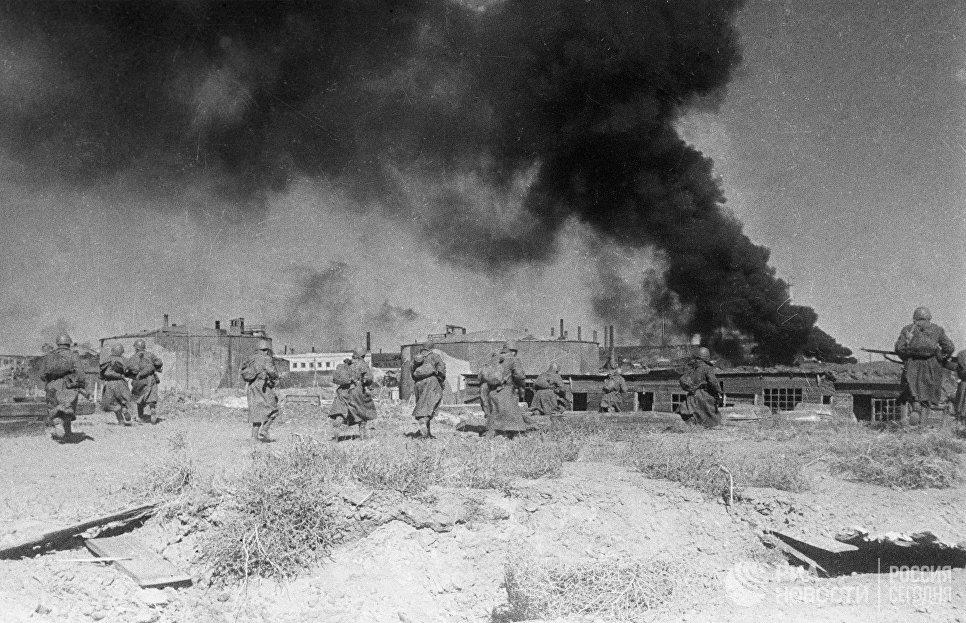 Советские пехотинцы ведут ожесточенный бой в районе завода Баррикады