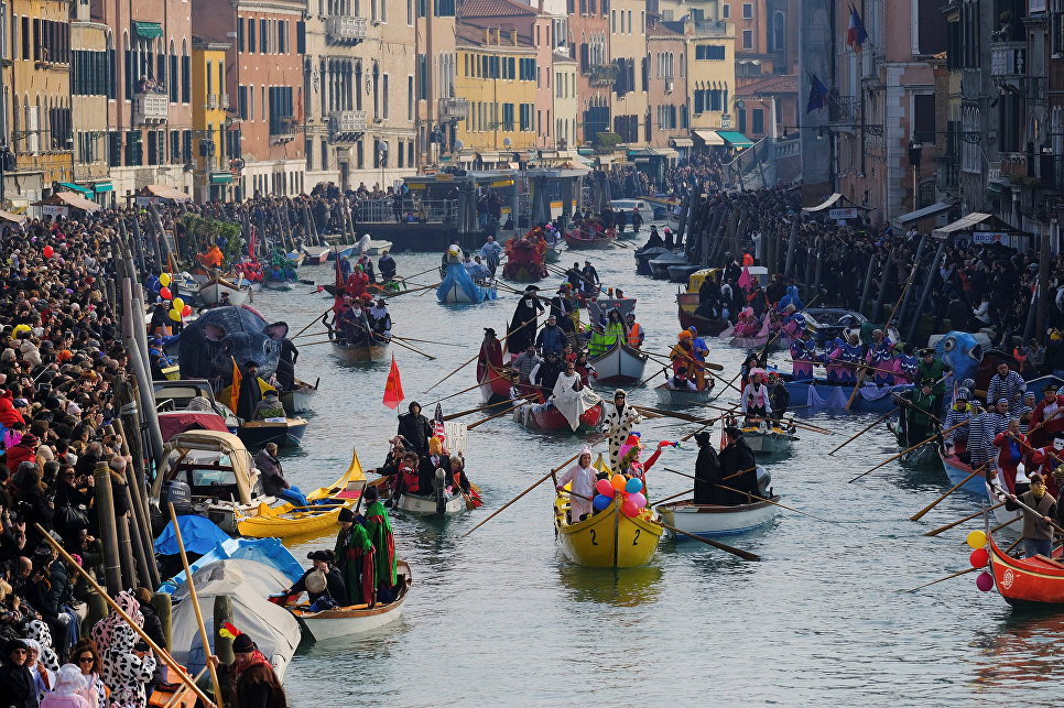 Маскарад на Гранд-канале во время Венецианского карнавала, Италия. 28 января 2018