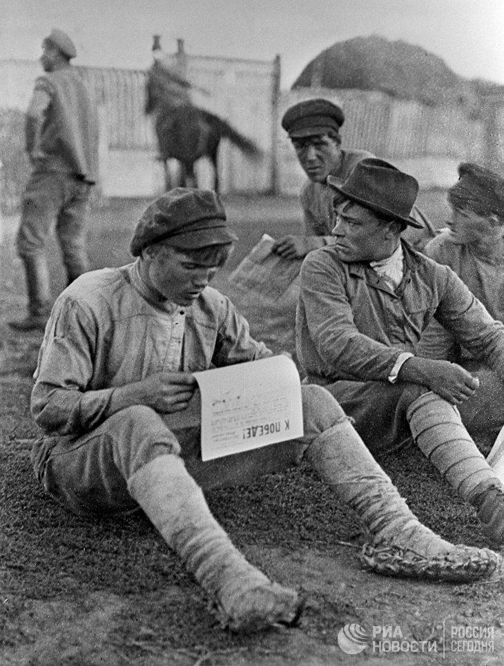 Красноармейцы на привале читают революционную газету К победе!
