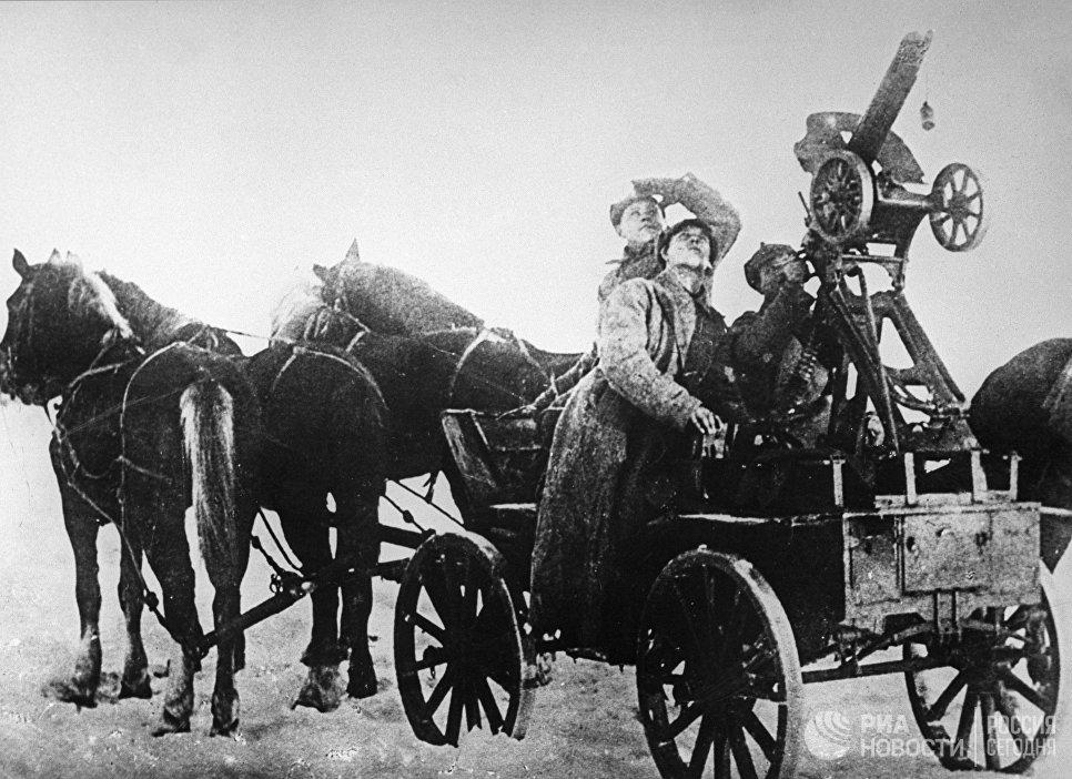Бойцы специально созданной авиационной группы 1-й Конной армии во время проведения житомирского прорыва. Март 1920 года