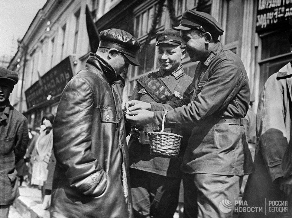 Красноармейцы - мопровцы распространяют значки организации на улицах Вятки