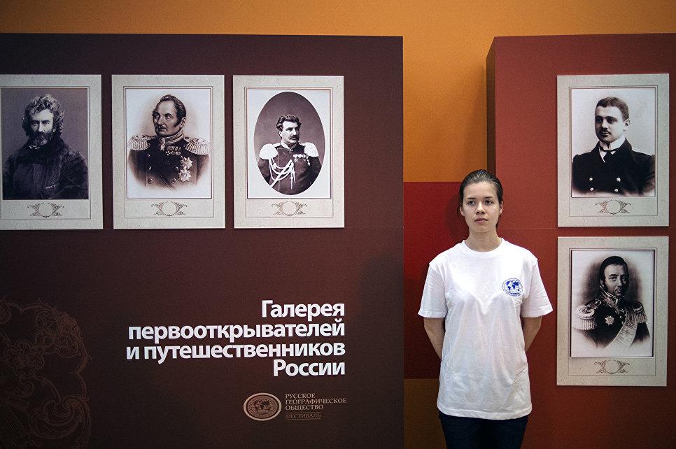 Волонтер на фестивале Русского географического общества в Центральном доме художника в Москве