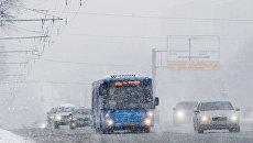 Автотранспорт на Ленинском проспекте во время снегопада в Москве