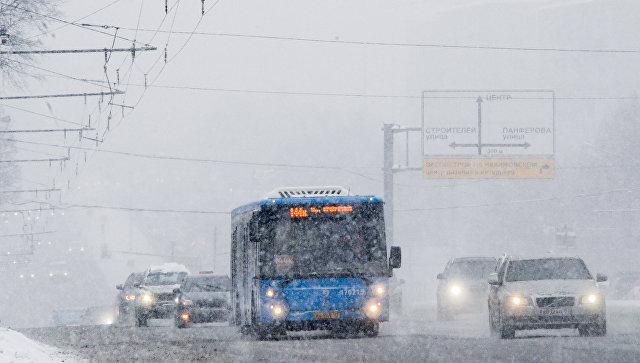 Автотранспорт на Ленинском проспекте во время снегопада в Москве. Архивное фото