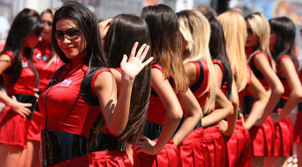 Грид-герлз приветствуют спортсменов перед заездом на трассе Истанбул Парк, Турция, 27 августа 2007
