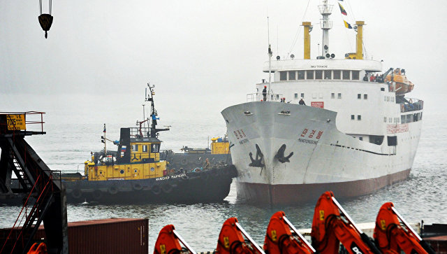Северокорейское грузопассажирское судно Man Gyong Bong в порту Владивостока