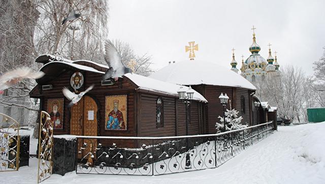 ВКиеве радикалы окружили Десятинный монастырь Московского патриархата