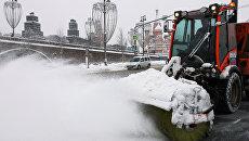 Техника коммунальных служб убирает снег на Васильевском спуске в Москве