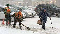 Сотрудники коммунальных служб убирают последствия снегопада в Москве. 4 февраля 2018