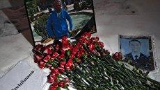 Цветы в память о погибшем летчике майоре Романе Филипове у здания министерства обороны РФ в Москве