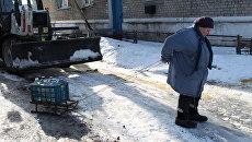 Жительница поселка Спартак после раздачи питьевой воды. Спартак, Донецкая народная республика