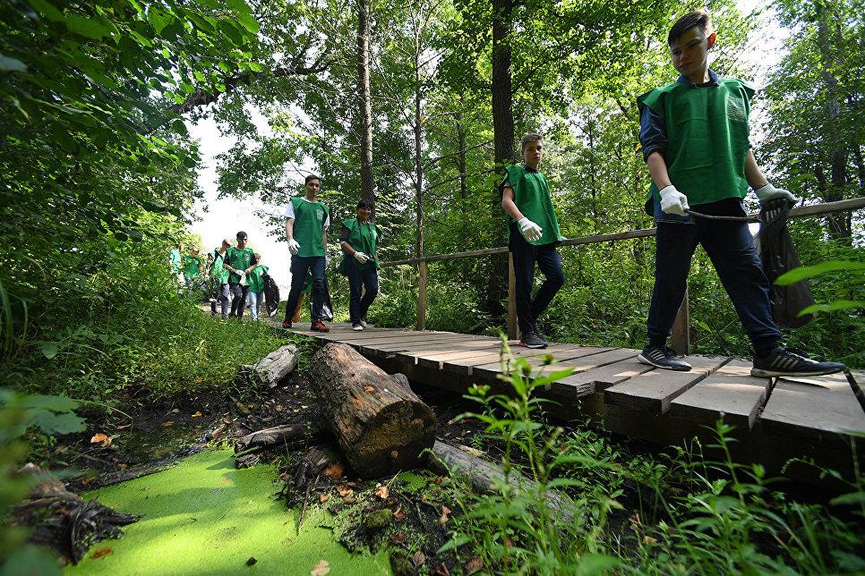 Участники всероссийского экологического субботника Зелена Россия во время акции по уборке береговой зоны Большого Голубого озера