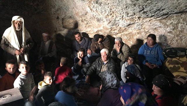 Беженцы курдского городка Джендерес бежавшие от бомбардировок турецких сил, живут в пещерах в деревне Халтан