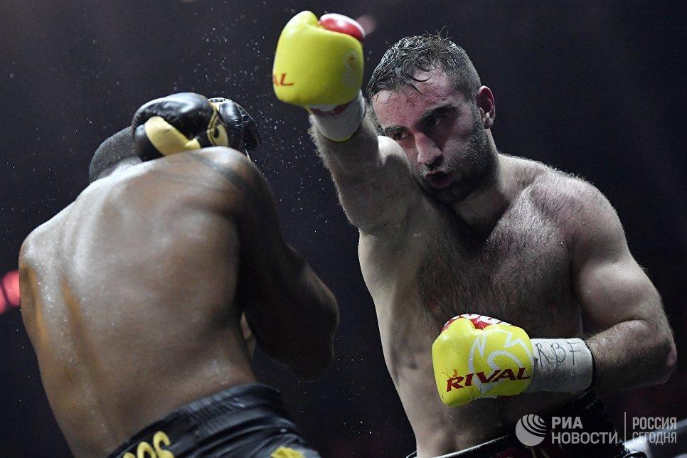 Мурат Гассиев (Россия) и Юниер Дортикос (Куба) в полуфинальном поединке Всемирной боксерской суперсерии (WBSS) в Сочи