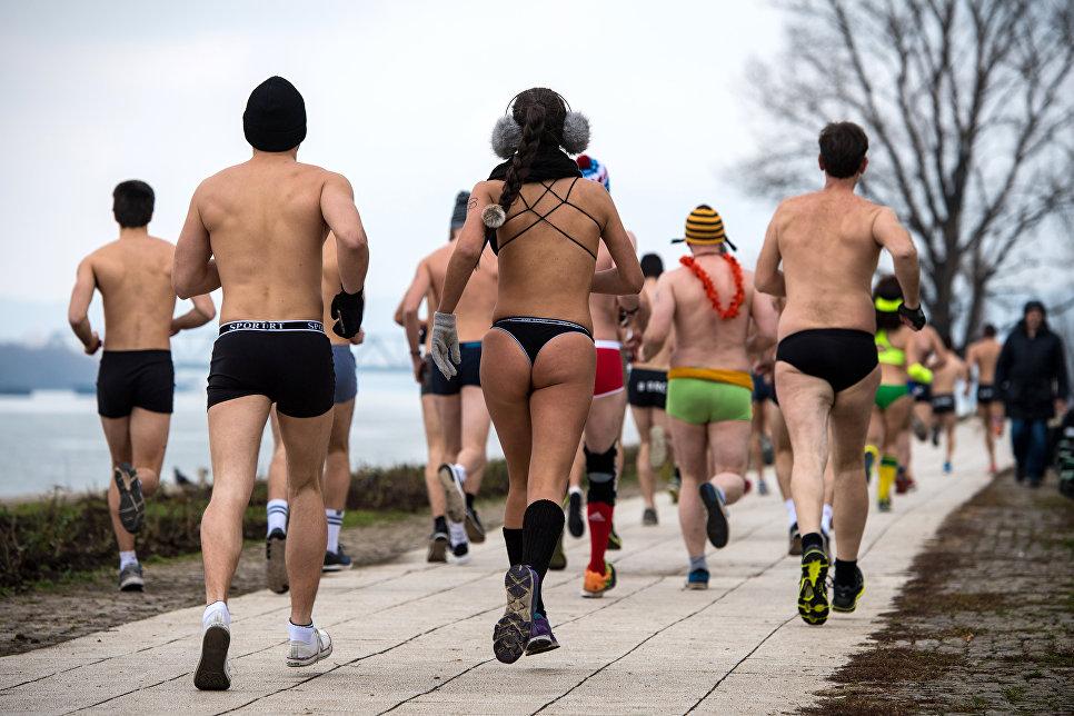 Участники забега в трусах на берегу реки Дунай в Белграде. 4 февраля 2018 года