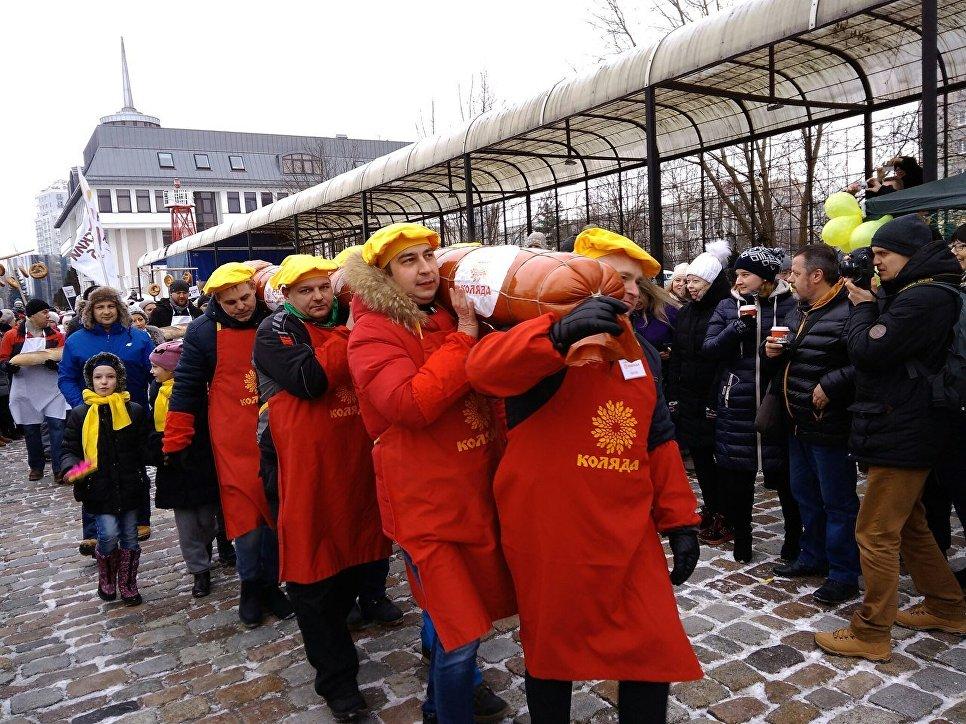 «День длинной колбасы»: вКалининграде приготовили батон весом 135кг