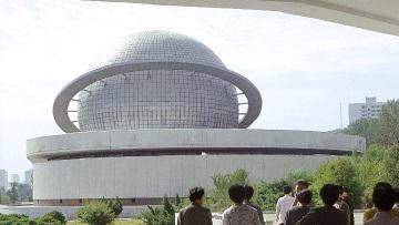 У павильона атомной промышленности КНДР. Архивное фото