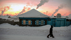 Прохожий идет по улице в городе Тара Омской области