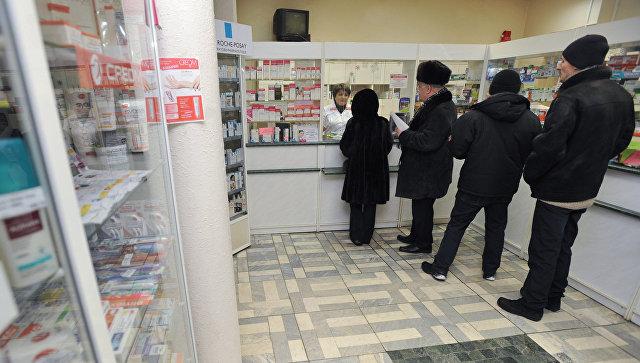 Покупатели стоят в очереди в аптеке. Архивное фото