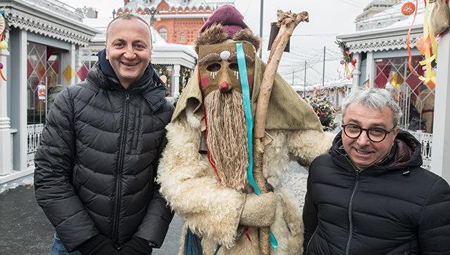 Итальянские туристы Микеле и Паскуале с ряженым