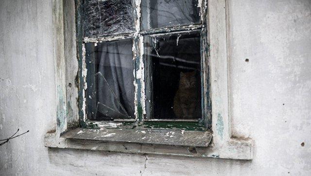Разбитое окно жилого дома в поселке Ясное Донецкой области