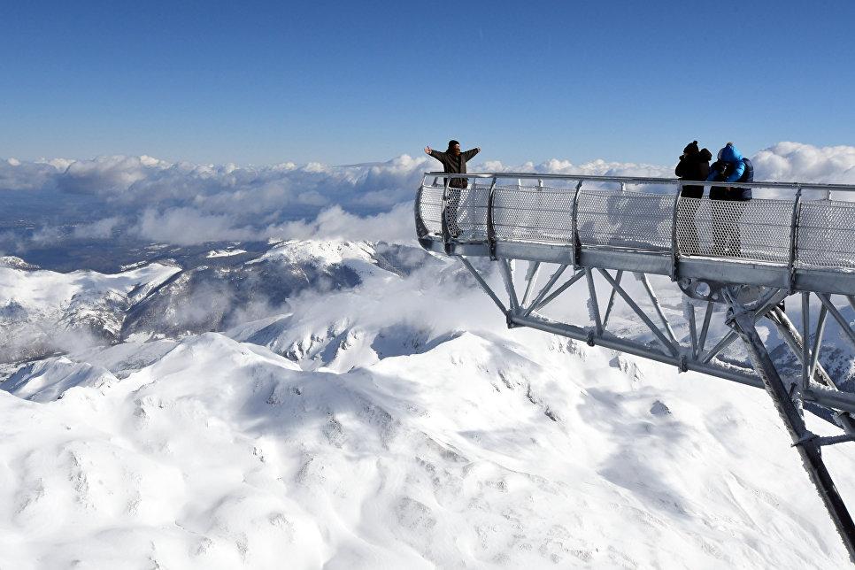 Люди фотографируются на платформе на вершине Миди-де-Бигорр, Франция