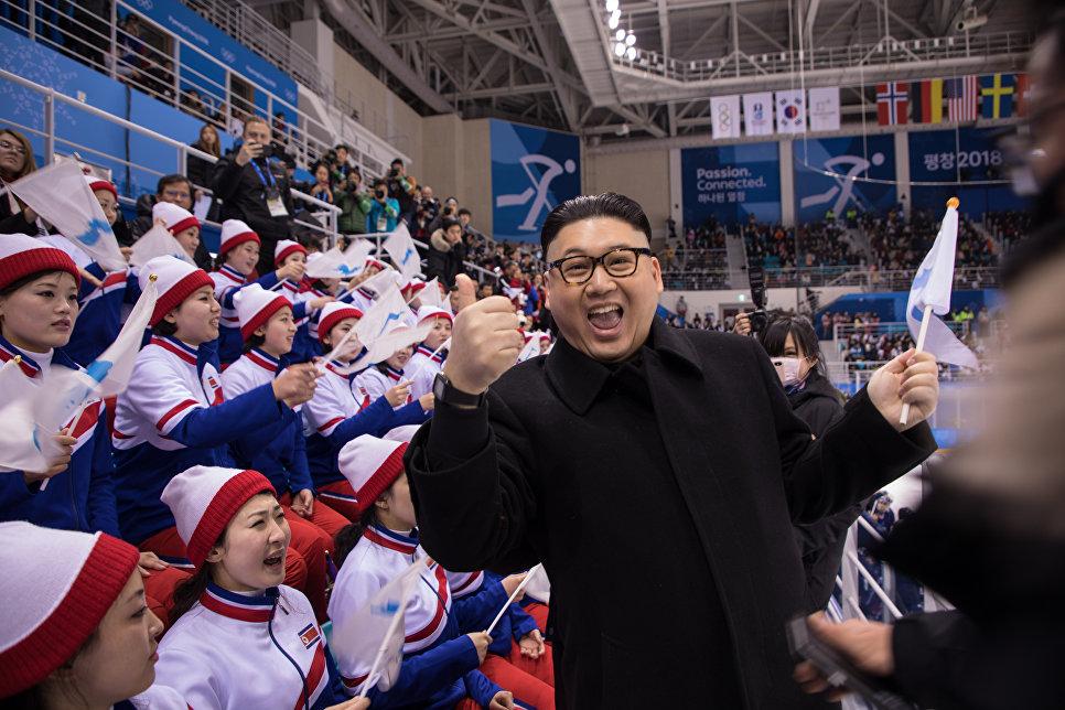 Двойник Ким Чен Ына на трибуне во время игры объединенной команды Кореи против Японии на соревнованиях по хоккею с шайбой на XXIII зимних Олимпийских играх