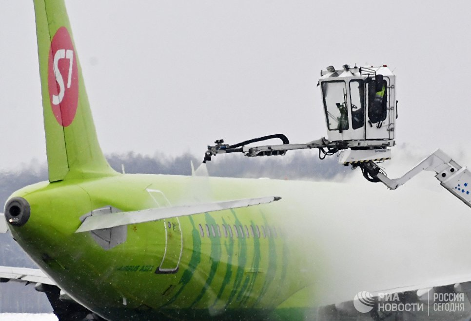 Самолет авиакомпании S7 во время противообледенительной обработки в аэропорту Домодедово