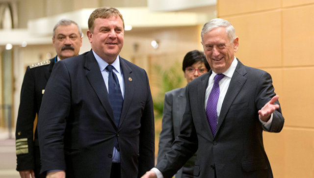 Министры обороны США и Болгарии Джеймс Мэттис и Красимир Каракачанов во время встречи в Брюсселе, Бельгия. 15 февраля 2018
