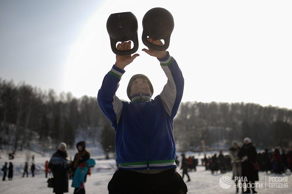 Участник праздничных гуляний, посвященных проводам Широкой Масленицы в парке наукограда Кольцово в Новосибирской области. 17 февраля 2018
