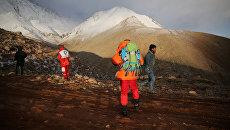 Спасательная команда во время поисков самолета, который разбился в горном районе центрального Ирана. 19 февраля 2018