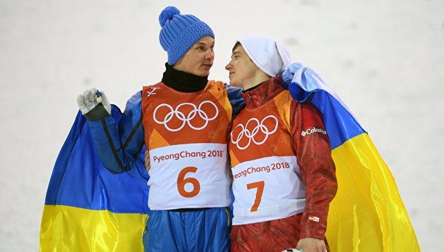 Александр Абраменко (Украина), занявший первое место и Илья Буров (Россия), занявший третье место в финале лыжной акробатики на соревнованиях по фристайлу среди мужчин на XXIII зимних Олимпийских играх в Пхенчхане. Архивное фото
