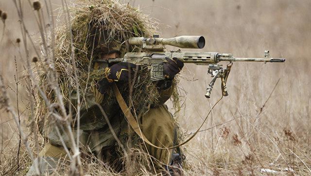 Снайпер на позиции во время учений бригады специального назначения. Архивное фото
