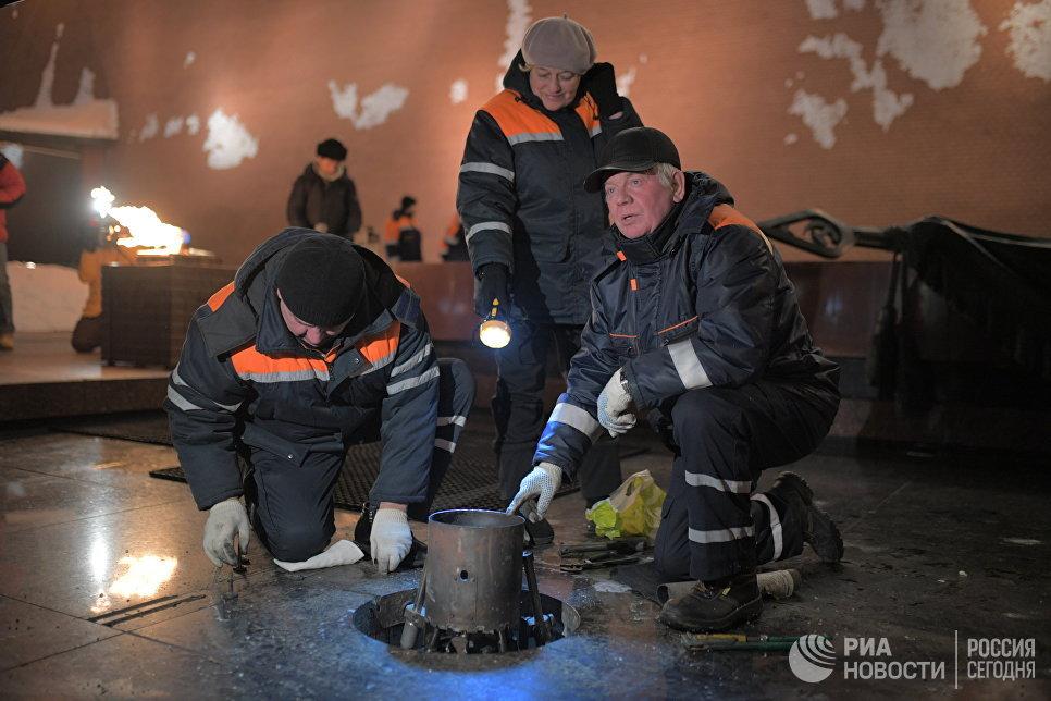 Сотрудники Мосгаза проводят профилактику горелки Вечного огня у Могилы Неизвестного Солдата в Александровском саду в канун Дня защитника Отечества
