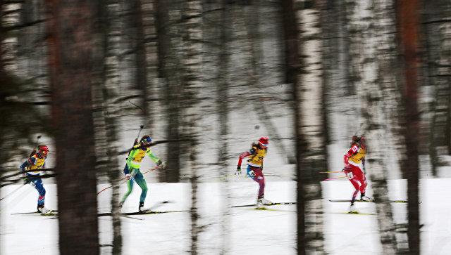 Спортсменки на дистанции масс-старта среди женщин на чемпионате Европы по биатлону-2016 в Тюмени