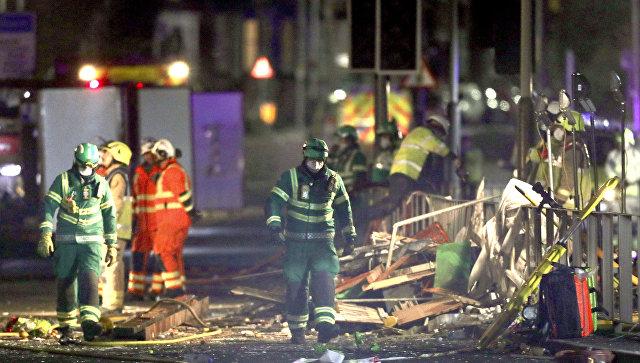 Спасатели на месте взрыва, который уничтожил магазин и дом в Лестере, Британия. 25 февраля 2018
