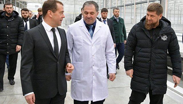 Дмитрий Медведев и глава Чечни Рамзан Кадыров во время посещения тепличного комплекса ЮгАгроХолдинг в Грозном. 26 февраля 2018